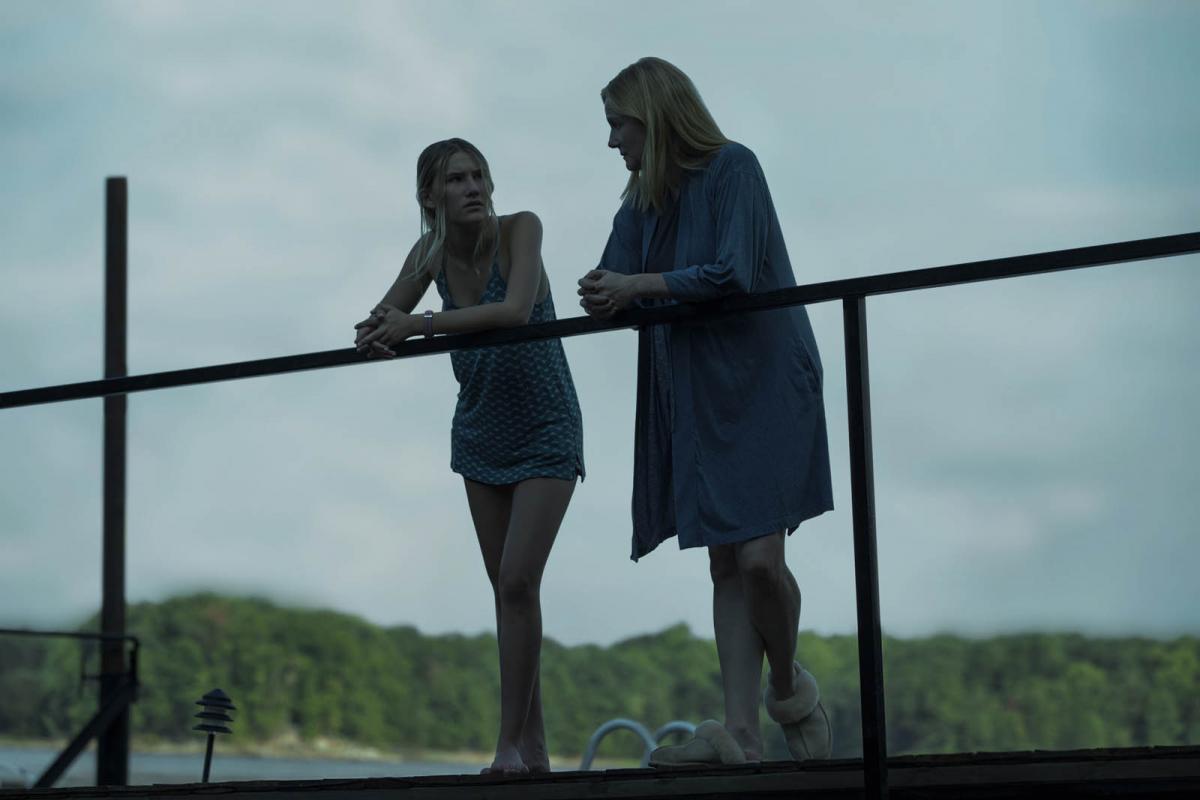 """תמונה של לורה ליני עם סופיה הובליץ מתוך """"אוזארק"""""""