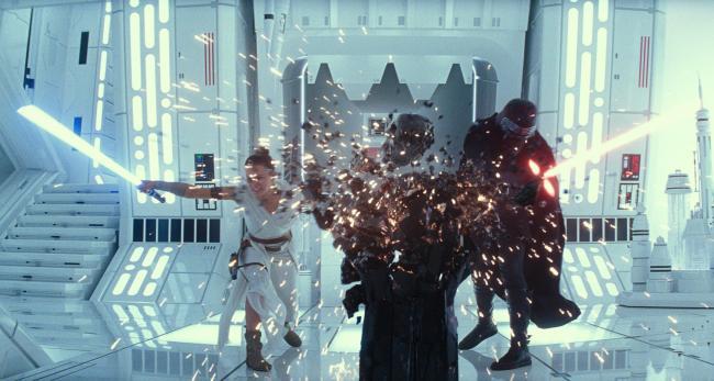 """""""מלחמת הכוכבים: פרק 9 - עלייתו של סקייווקר"""". אדם דרייבר, דייזי רידלי."""