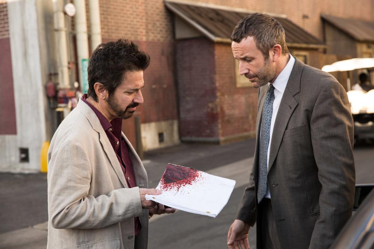 """תמונה של כריס או'דאווד עם ריי רומנו מתוך """"תפוס את שורטי"""""""