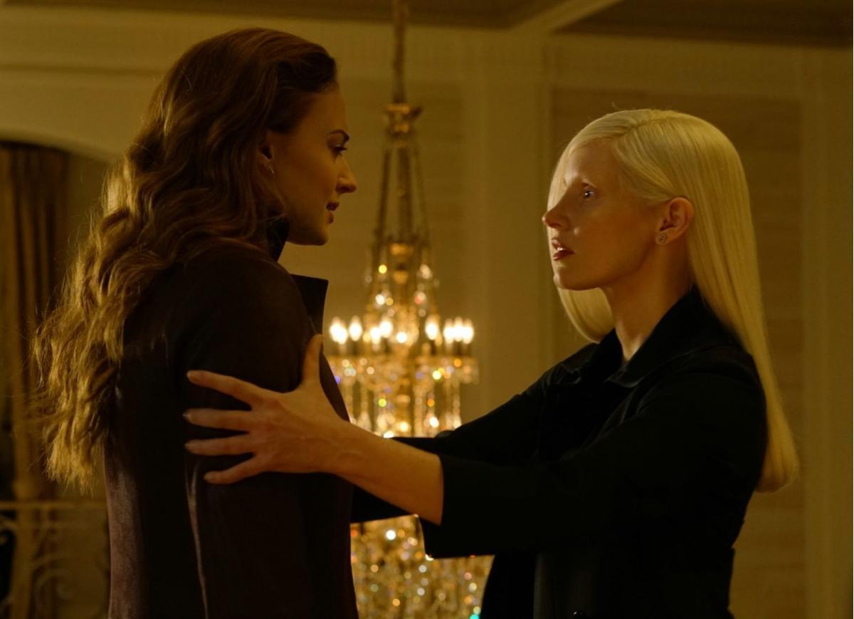 """תמונה של ג'סיקה צ'סטיין עם סופי טרנר מתוך """"אקס-מן: הפיניקס האפלה"""""""