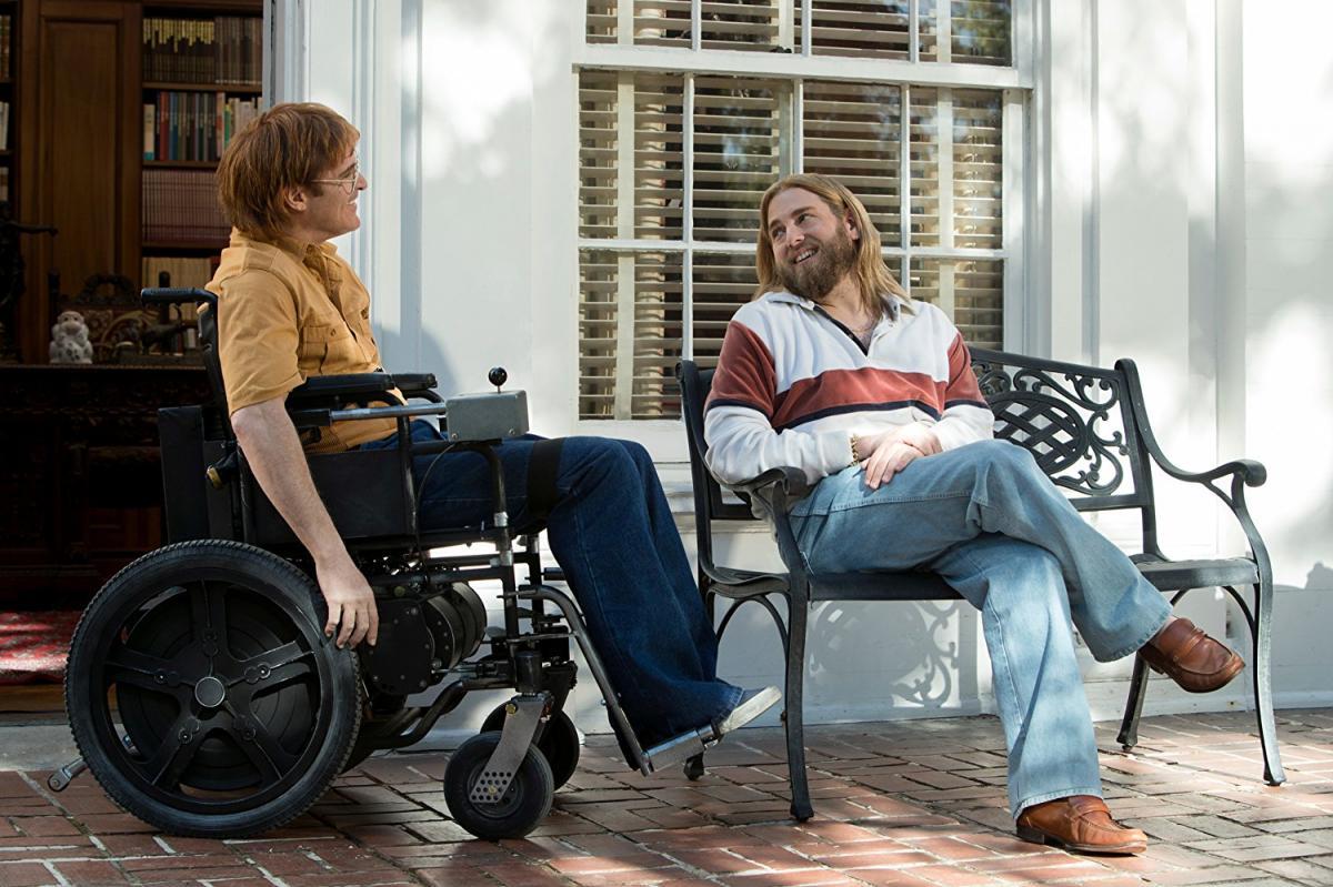 """תמונה של ג'ונה היל עם חואקין פיניקס מתוך """"אל דאגה, הוא לא יגיע רחוק ברגל"""""""