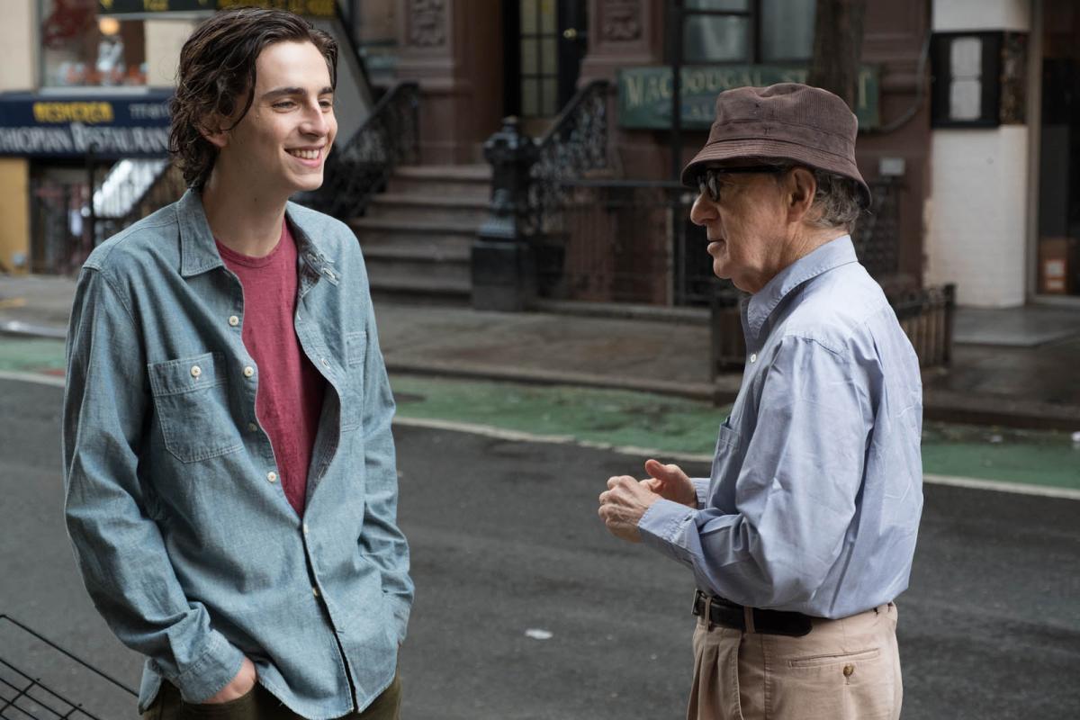"""תמונה של וודי אלן עם טימותי שאלאמה מתוך """"יום גשום בניו יורק"""""""