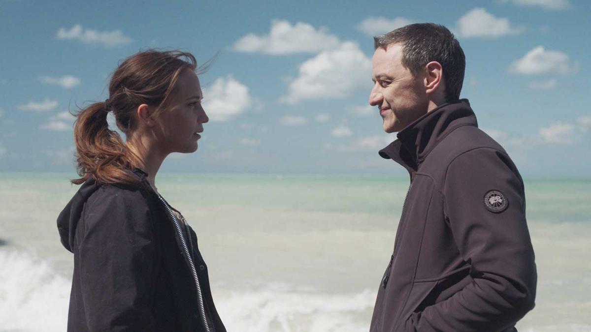 """תמונה של ג'יימס מק'אבוי עם אליסיה ויקנדר מתוך """"אהבה עמוקה"""""""