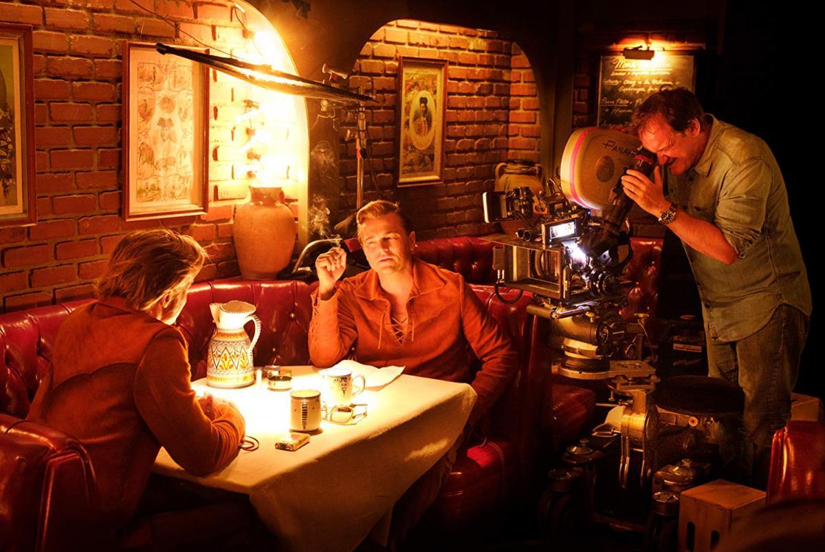 """תמונה של קווינטין טרנטינו עם ליאונרדו די'קפריו, בראד פיט מתוך """"היו זמנים בהוליווד"""""""