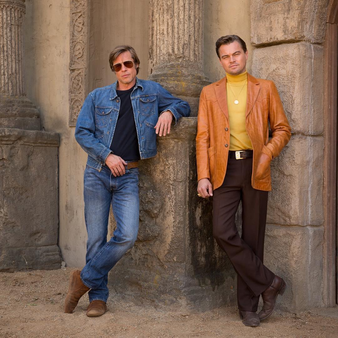 """תמונה של ליאונרדו די'קפריו עם בראד פיט מתוך """"היו זמנים בהוליווד"""""""