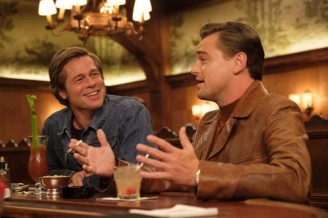 """""""היו זמנים בהוליווד"""". ליאונרדו די'קפריו, בראד פיט."""
