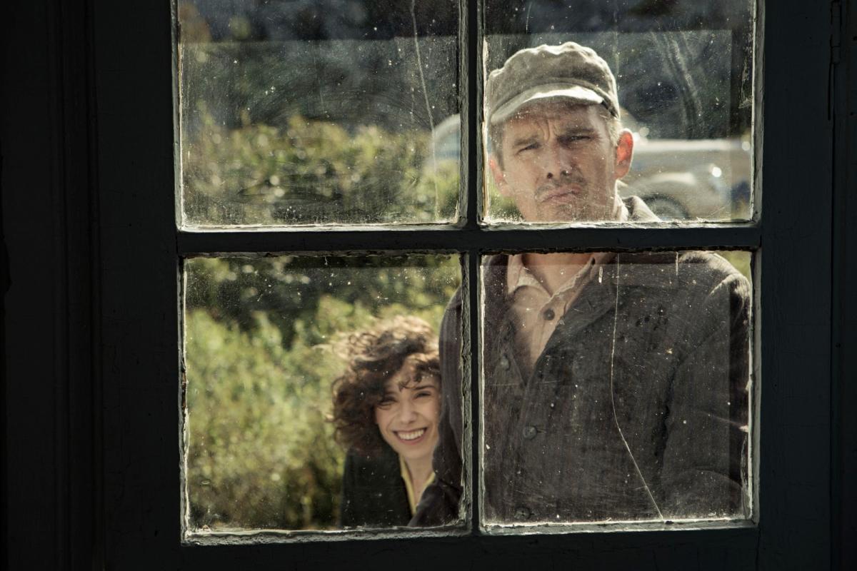 """תמונה של סאלי הוקינס עם איתן הוק מתוך """"מודי"""""""