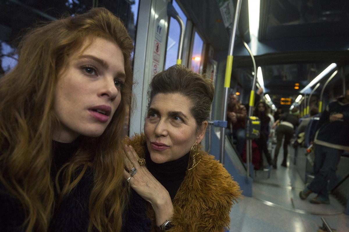 """תמונה של קרן מור עם יובל שרף מתוך """"רכבת קלה"""""""