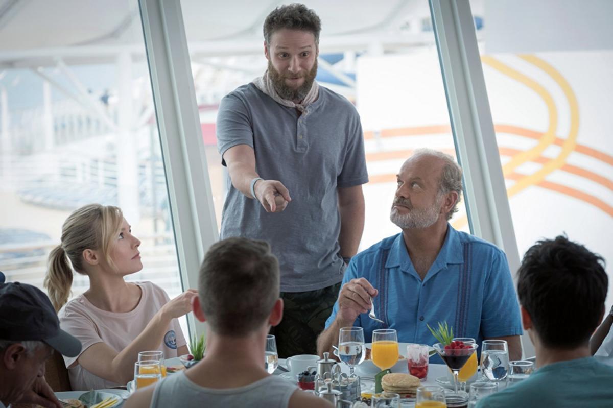 """תמונה של קלסי גרמר עם סת' רוגן, קריסטן בל מתוך """"על אותו גל"""""""