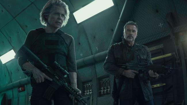 """""""שליחות קטלנית: גורל אפל"""". ארנולד שוורצנגר, לינדה המילטון."""