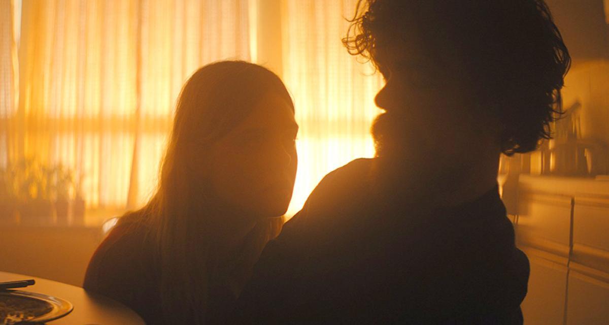 """תמונה של פיטר דינקלייג' עם אל פאנינג מתוך """"אני חושב שאנחנו לבד עכשיו (ש.ל.ר)"""""""
