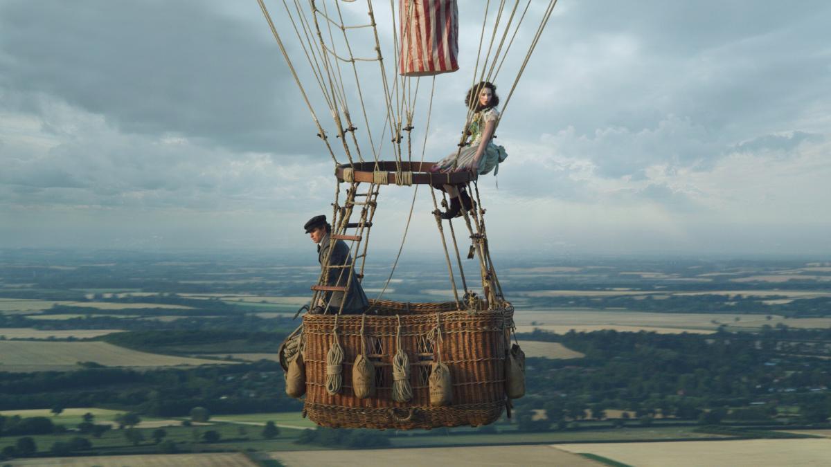 """תמונה של פליסיטי ג'ונס עם אדי רדמיין מתוך """"האווירונאוטים (ש.ל.ר)"""""""