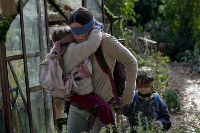 """""""קופסת הציפורים"""". ג'וליאן אדוארדס, סנדרה בולוק, ויויאן ליירה בלייר."""