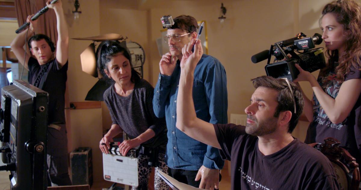 """תמונה של גיא לואל עם אקי אבני מתוך """"פיניטה לה קומדיה"""""""