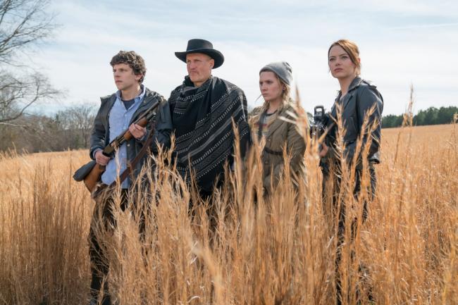 """""""זומבילנד 2: יריה כפולה"""". אמה סטון, אביגיל ברסלין, וודי הארלסון, ג'סי אייזנברג."""