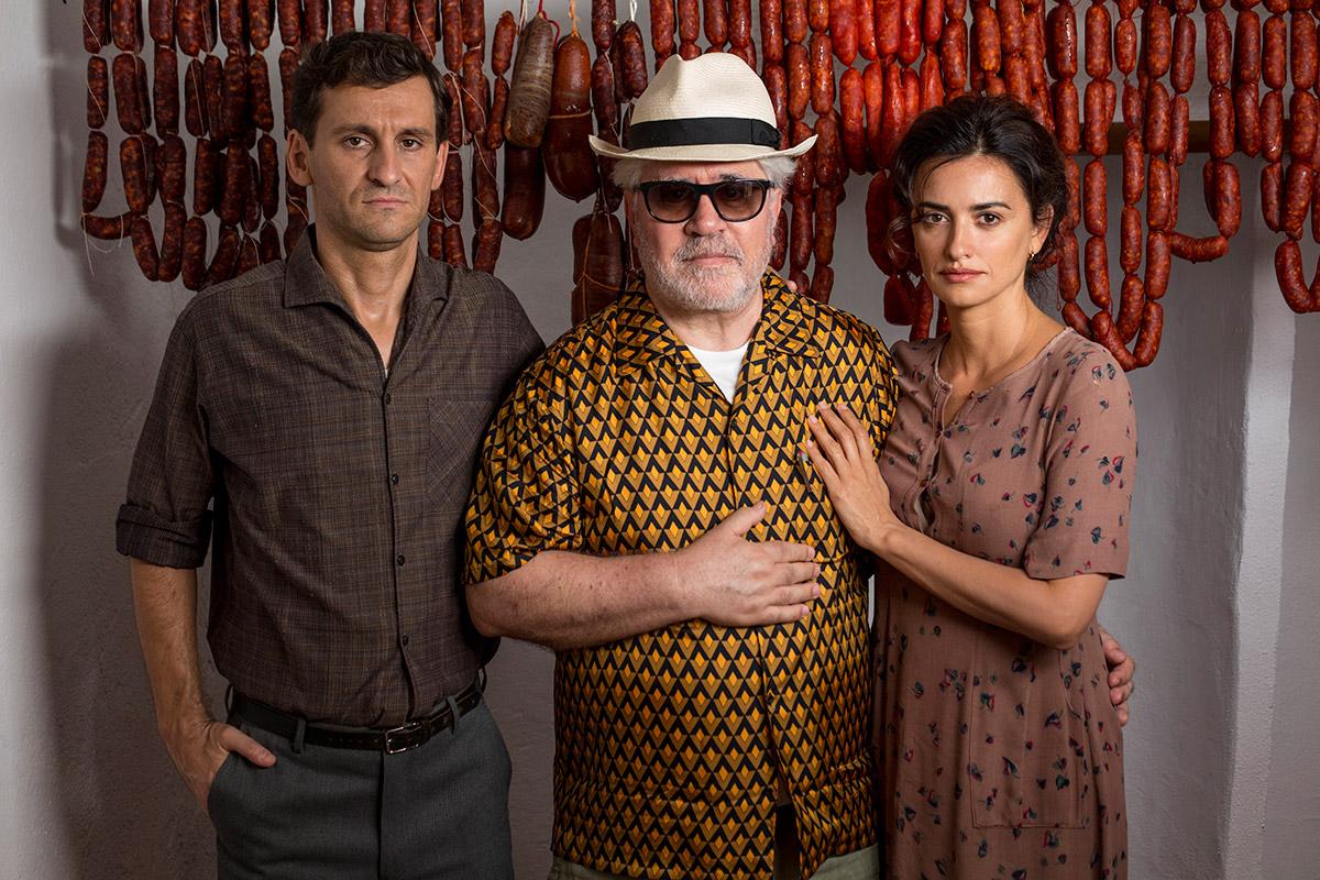 """תמונה של פדרו אלמודובר עם פנלופה קרוז מתוך """"כאב ותהילה"""""""