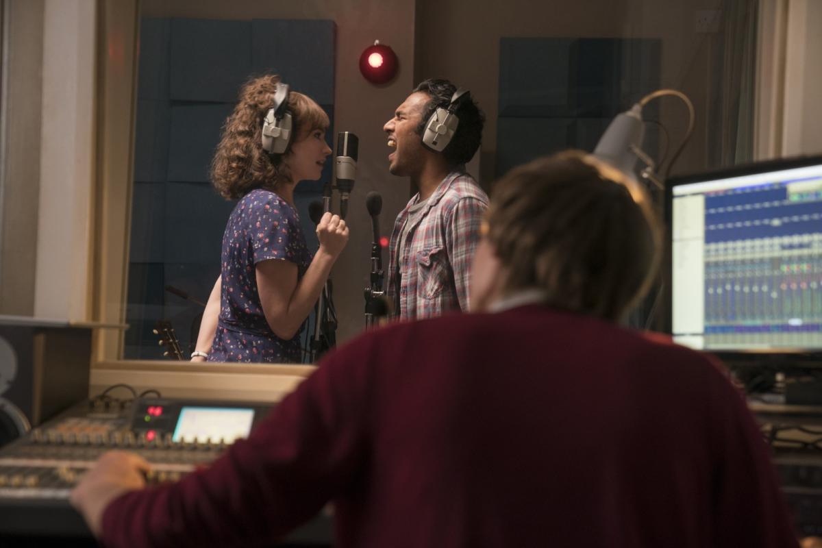 """תמונה של לילי ג'יימס עם הימש פאטל מתוך """"יסטרדיי"""""""