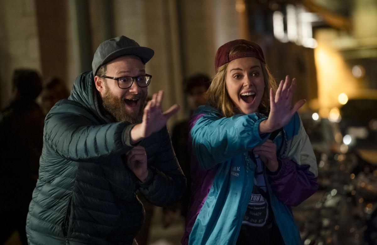 """תמונה של סת' רוגן עם שרליז ת'רון מתוך """"מה הסיכוי?"""""""