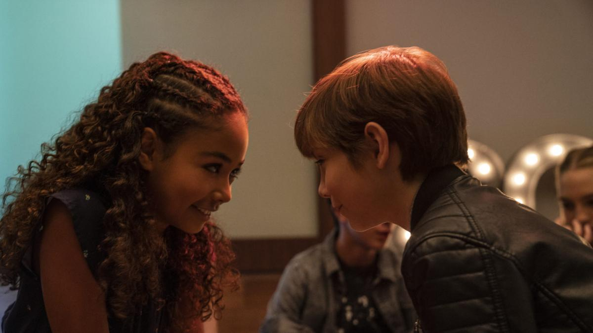 """תמונה של ג'ייקוב טרמבלי עם מילי דיויס מתוך """"ילדים טובים"""""""