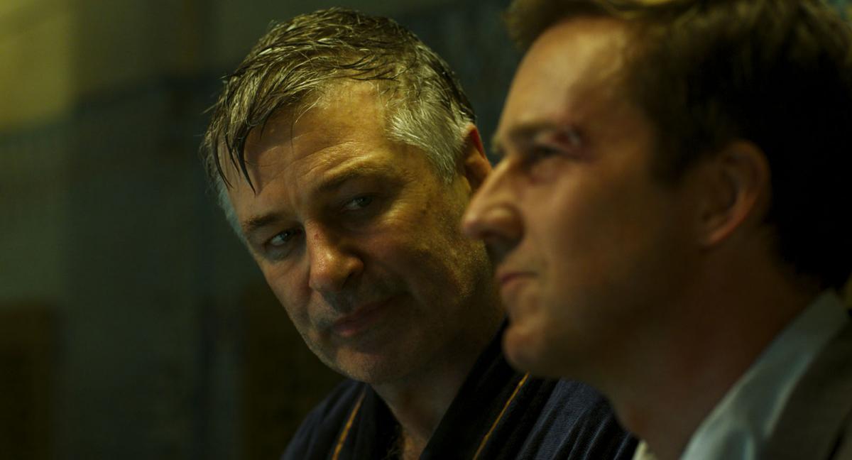 """תמונה של אלק בולדווין עם אדוארד נורטון מתוך """"עיר יתומה"""""""