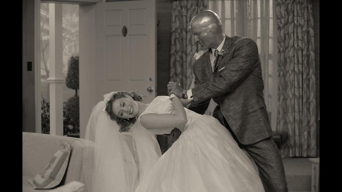 """תמונה של אליזבת' אולסן עם פול בטאני מתוך """"וונדה-ויז'ן"""""""