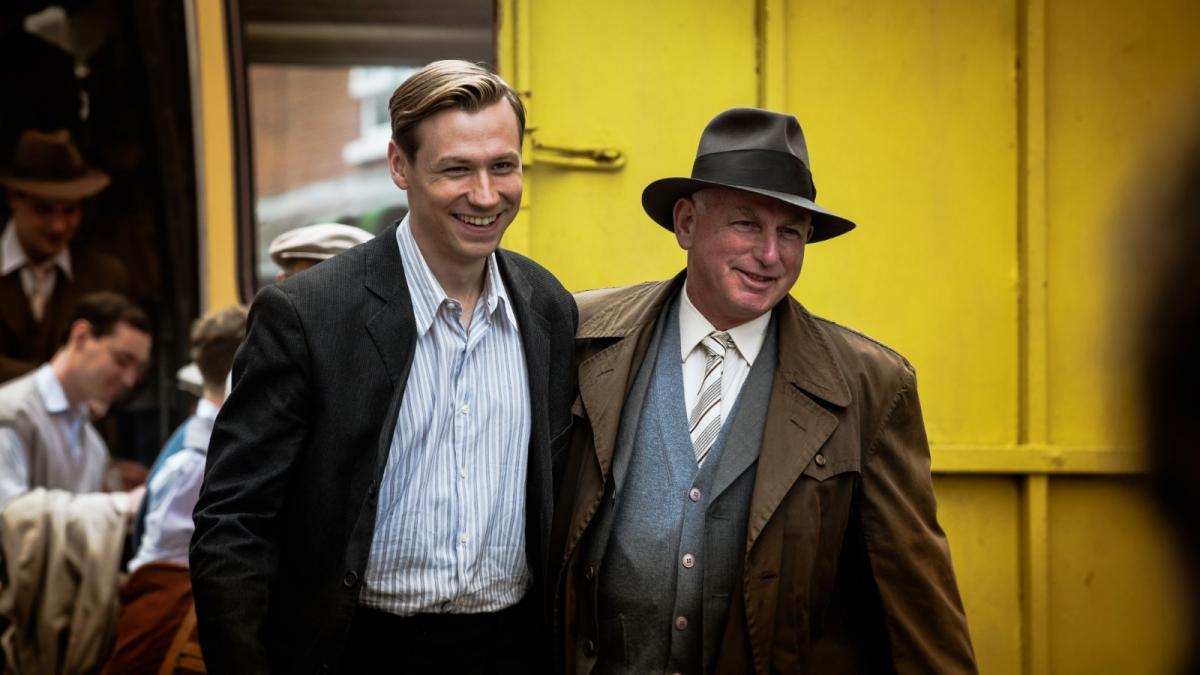 """תמונה של גארי לואיס עם דיויד קרוס מתוך """"הסיפור של טראוטמן"""""""