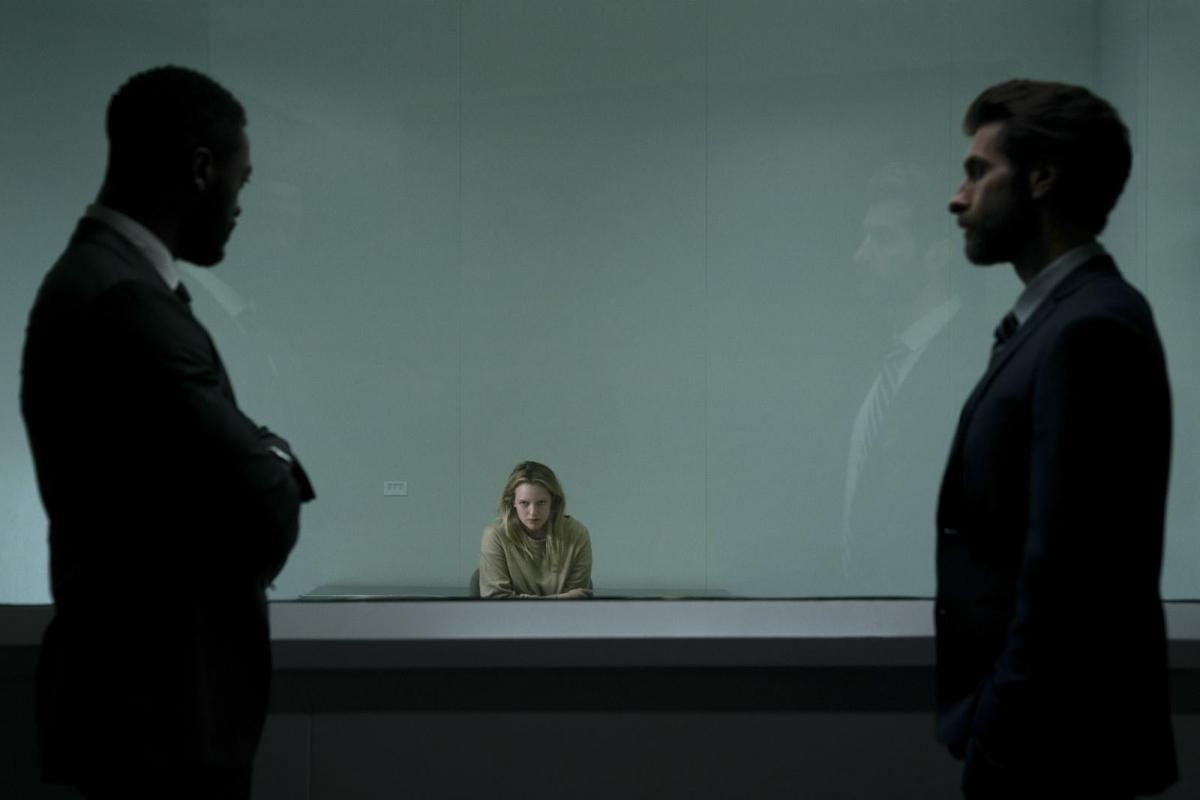 """תמונה של אליזבת' מוס מתוך """"בלתי נראה"""""""