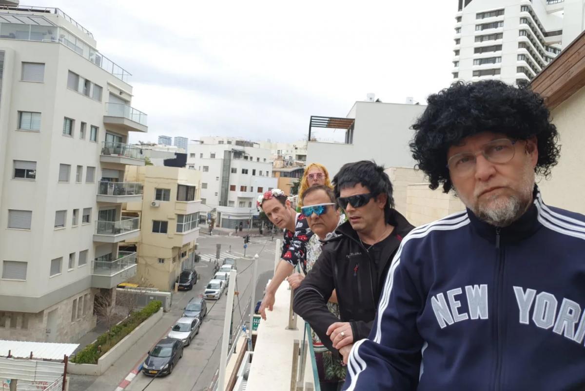 """תמונה של רובי דואניס עם צביקה הדר, גיל ססובר, אסף אשתר, איתי שגב מתוך """"הקומדי סטור"""""""