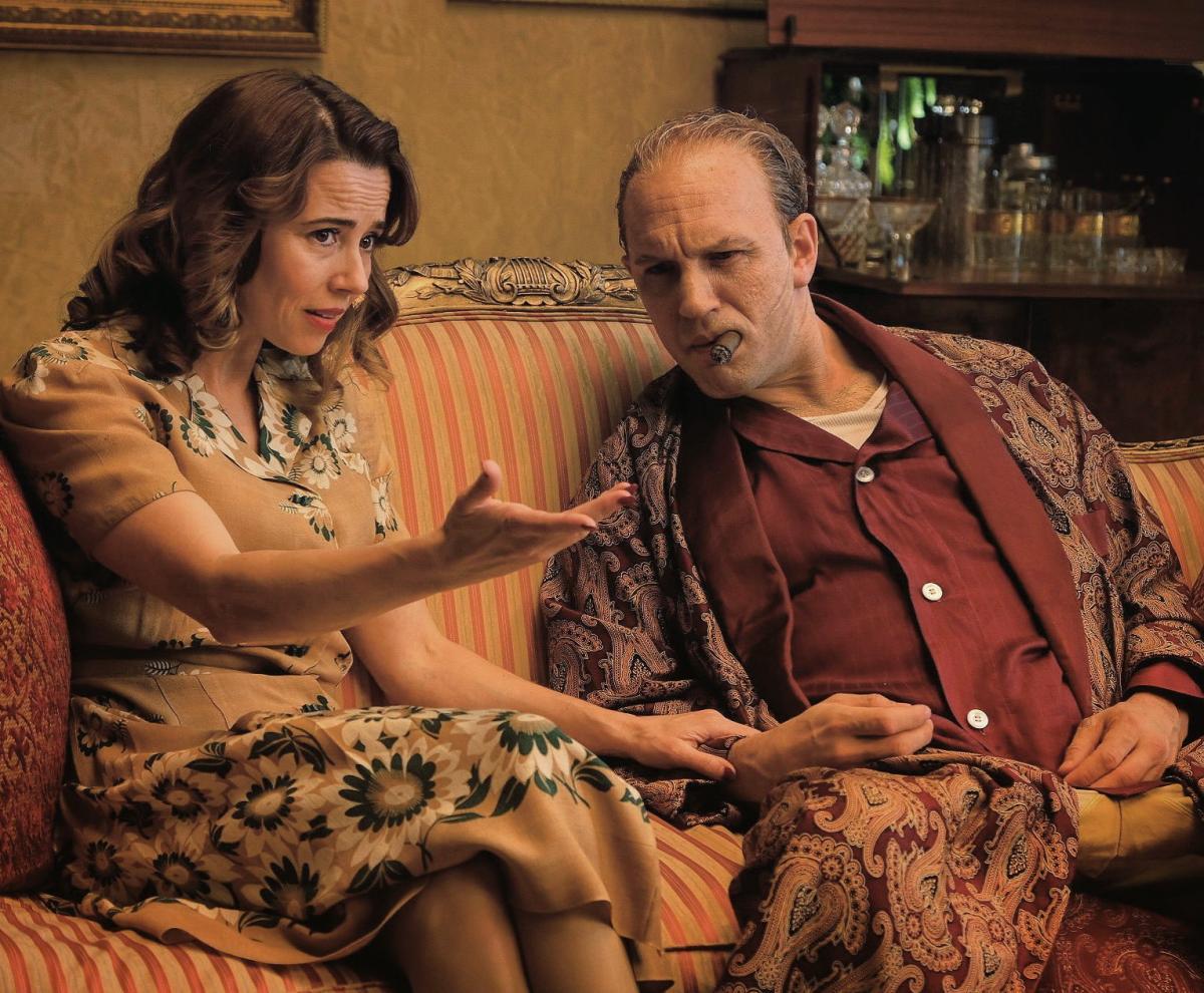 """תמונה של לינדה קרדליני עם טום הארדי מתוך """"קפון"""""""