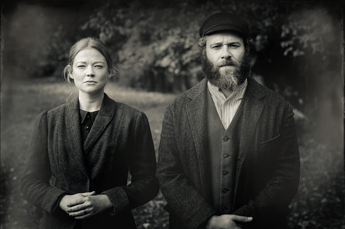 """תמונה של סת' רוגן עם שרה סנוק מתוך """"חמוץ אמריקאי"""""""