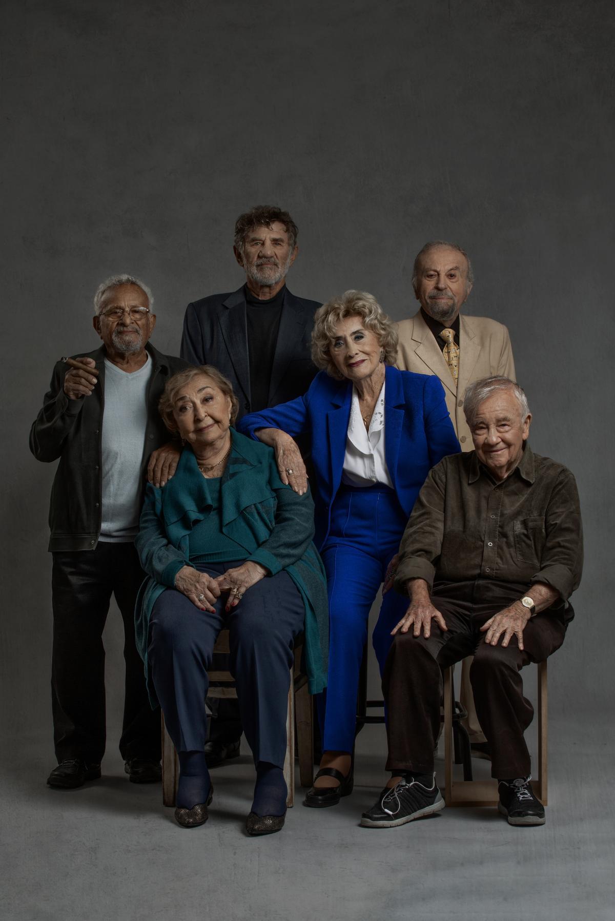 """תמונה של מרים זוהר עם יוסי סגל, אלברט כהן, אברהם סלקטר, ליא קניג, גבי עמרני מתוך """"להישאר במשחק"""""""