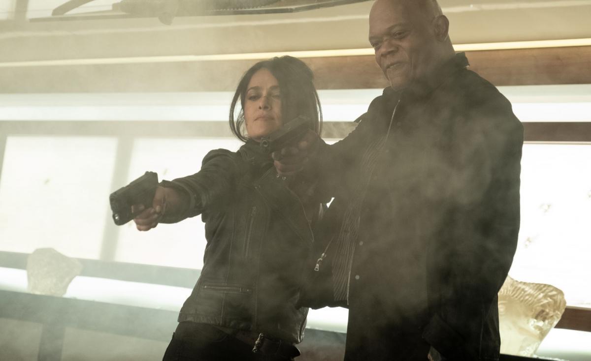 """תמונה של סמואל ל. ג'קסון עם סלמה הייק מתוך """"שומר הראש ואשתו של המתנקש"""""""