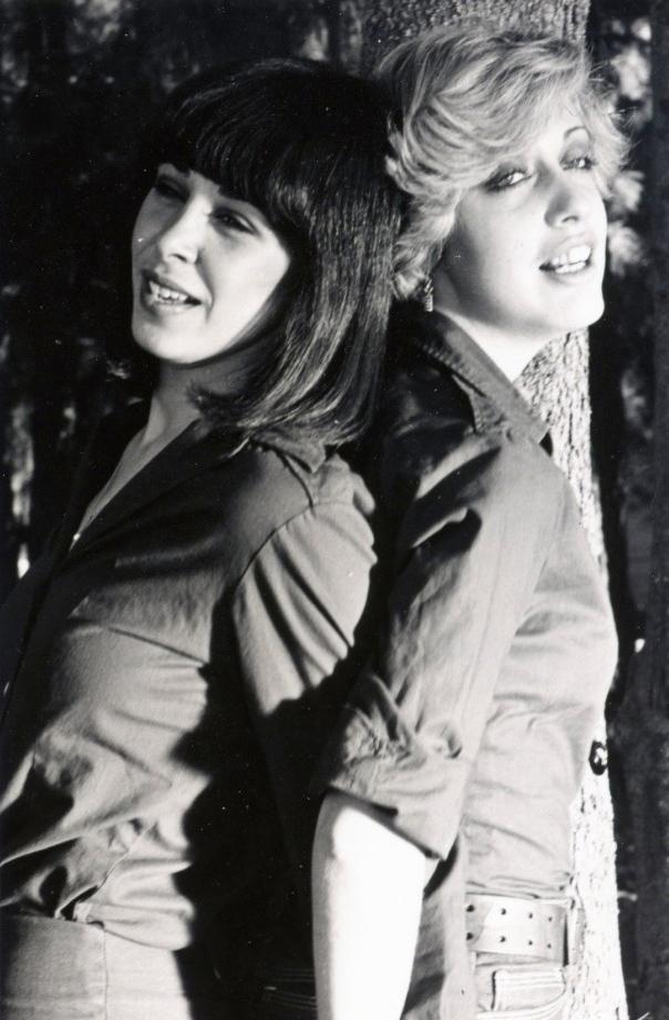 """תמונה של גילת אנקורי עם גלי עטרי מתוך """"הלהקה"""""""