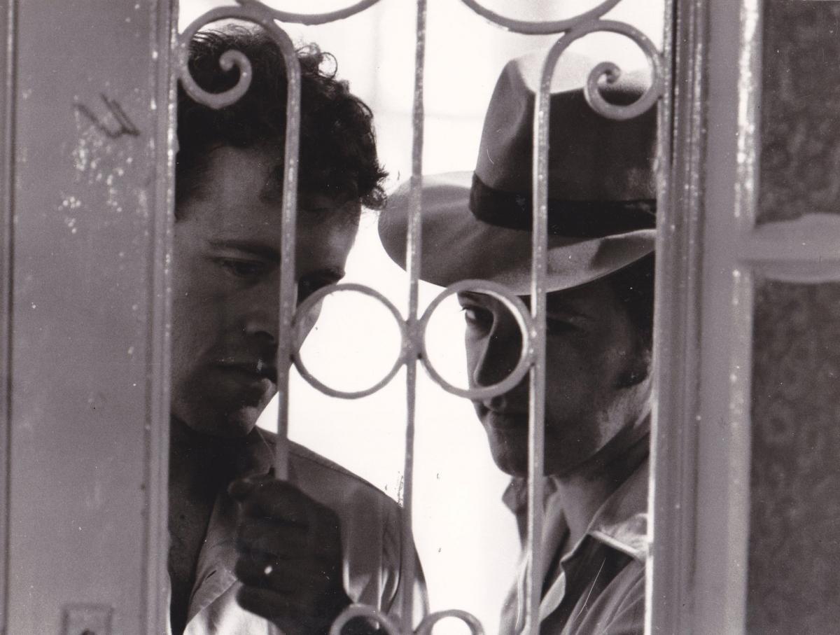 """תמונה של דן וולמן עם דורון תבורי מתוך """"מחבואים"""""""
