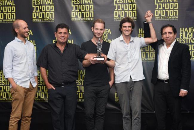"""""""היורד למעלה"""". מימין לשמאל: מוחסן מחמלבאף, אלעד קידן, איתי טיראן, אורי קלאוזנר ויהונתן דובק. צילום: גלית רוזן"""