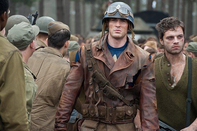 """תמונה של סבסטיאן סטן עם כריס אוואנס מתוך """"קפטן אמריקה"""""""