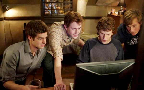 """""""הרשת החברתית"""". אנדרו גארפילד, ג'סי אייזנברג, ג'וזף מזלו, פטריק מייפל."""