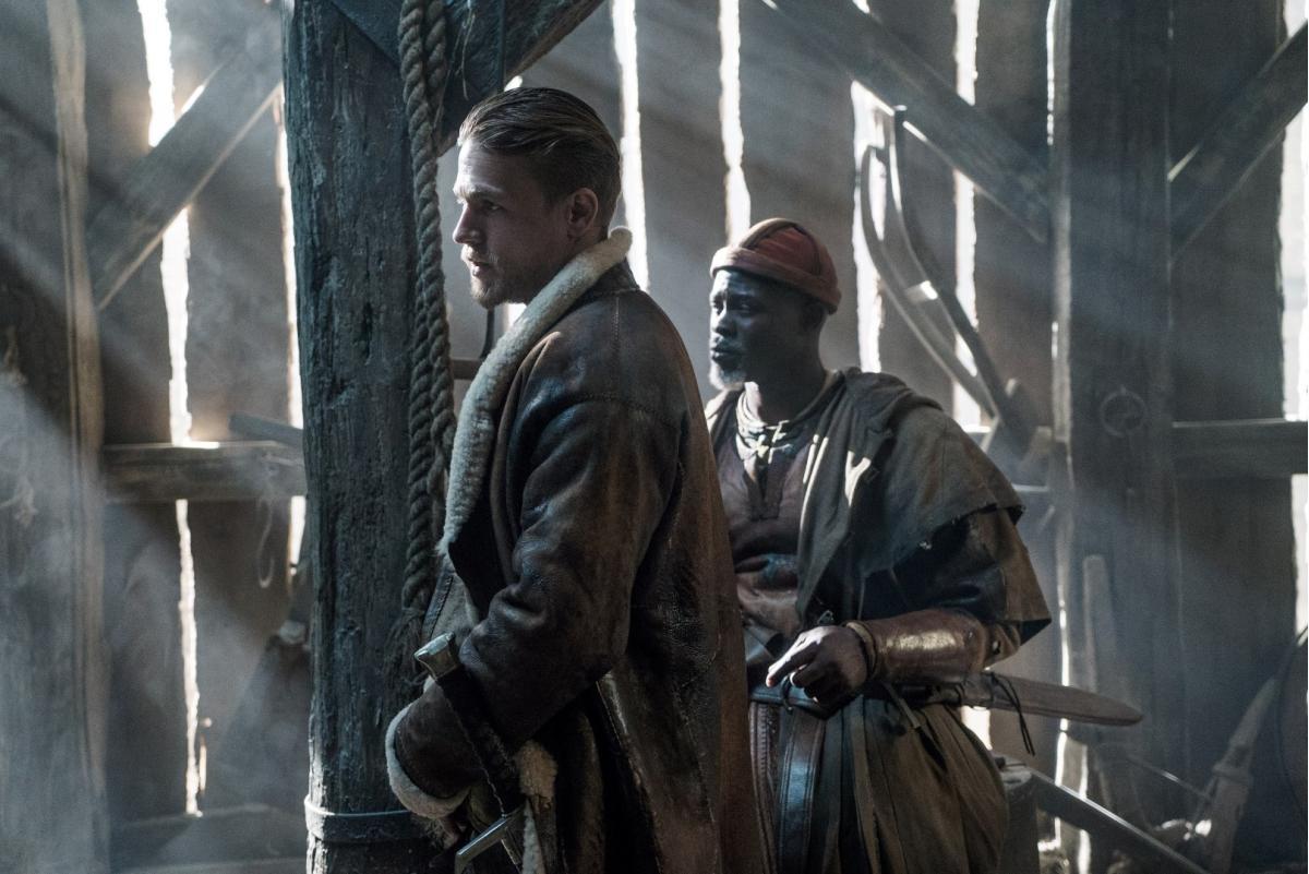"""תמונה של דג'ימון הונסו עם צ'ארלי האנם מתוך """"קינג ארתור: אגדת החרב"""""""