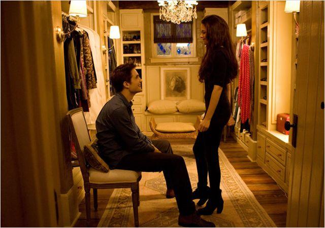 """תמונה של קריסטן סטוארט עם רוברט פטינסון מתוך """"דמדומים 4: שחר מפציע - חלק 2"""""""