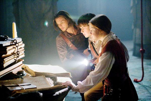 """""""סיפורי נרניה: המסע בדורך השחר"""". מימין לשמאל: ג'ורג'יה הנלי, סקנדר קיינס ובן ברנס."""
