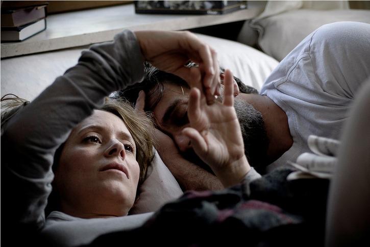"""תמונה של עלמה זק עם ליאור אשכנזי מתוך """"הערת שוליים"""""""