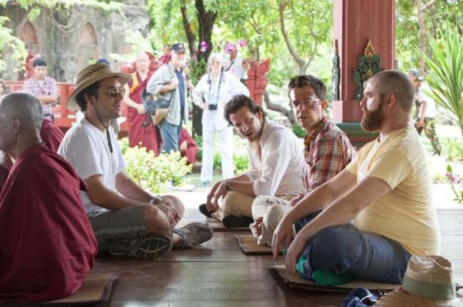 """""""בדרך לחתונה עוצרים בבנגקוק"""". אד הלמס, בראדלי קופר, זאק גליפיאנקיס."""