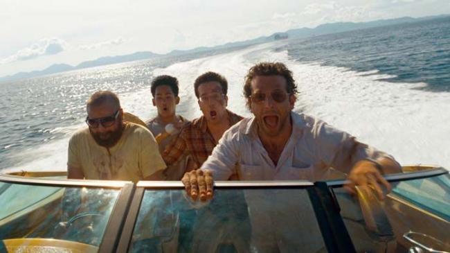 """""""בדרך לחתונה עוצרים בבנגקוק"""". בראדלי קופר, זאק גליפיאנקיס."""