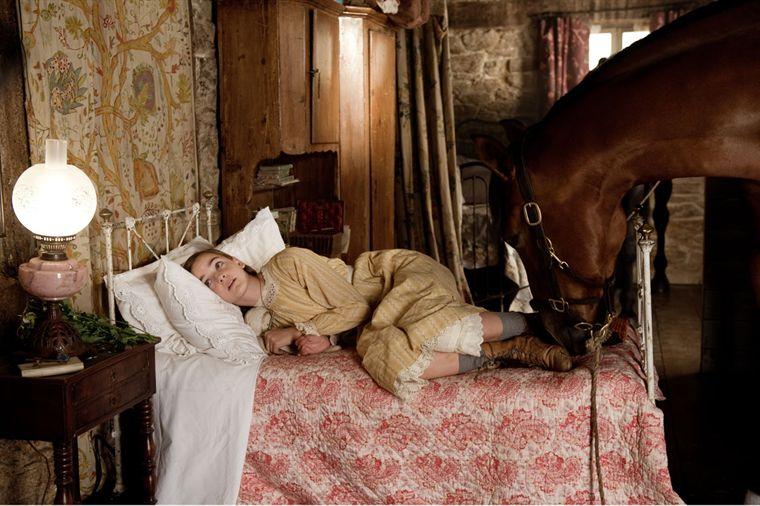 """תמונה של סלין באקנס מתוך """"סוס מלחמה"""""""
