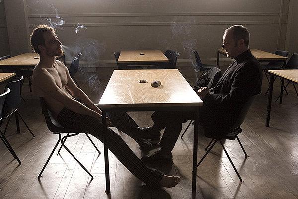 """תמונה של ליאם קאנינגהם עם מייקל פסבנדר מתוך """"רעב"""""""