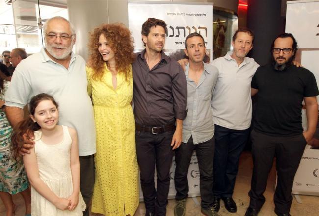 """""""הנותנת"""". מימין: יואב לוי, צחי חנן, איצ'ו אביטל, ישי גולן, הגר בן-אשר והמפיק מרק רוזנבאום. צילום: רפי דלויה."""