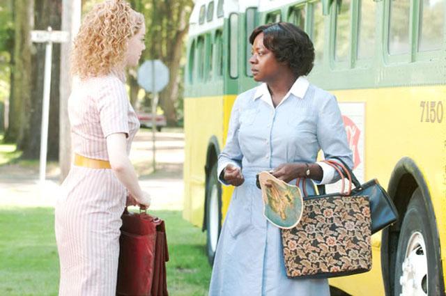 """""""העזרה"""". ויולה דיויס (מימין) עם אמה סטון."""