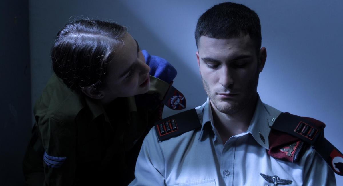 """תמונה של אסיה נייפלד עם אודי פרסי מתוך """"חדר 514"""""""