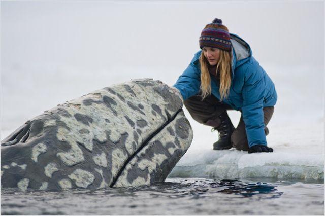 """תמונה של דרו ברימור מתוך """"כולם אוהבים לוויתנים"""""""