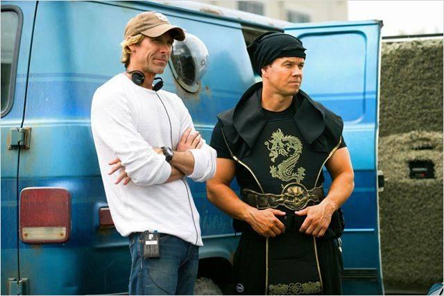 """תמונה של מייקל ביי עם מארק וולברג מתוך """"רווח וכאב"""""""